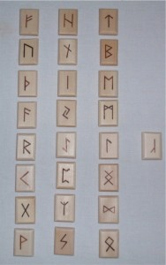 runen .runenschrift in hout naar ontwerp Sonja Muller, runentekens, noordse mythologie